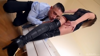 Darryl Lee seduces a male back with her sexy both your feet and get a shag