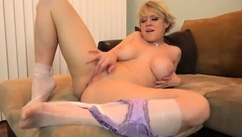North american milf Dee Williams shares her amazing pussy