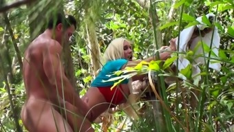 Sexual intercourse among the woods caught on cam by a attractive voyeur
