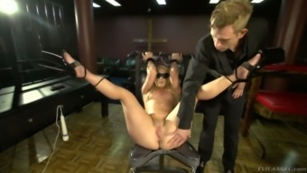 Sultry pale hooker AJ Applegate squirts and gets messy body