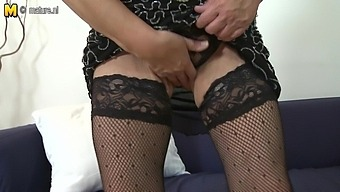 Naughty Mature Lady Playing With Her Wet Pussy - MatureNL
