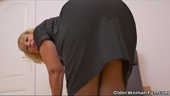 Nan Gigi hands wrists and fingers her tight clit